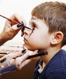 Criança bonito pequena que faz o facepaint na festa de anos, zombi Apo Fotografia de Stock