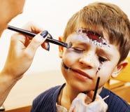 Criança bonito pequena que faz o facepaint na festa de anos, zombi Apo Imagens de Stock