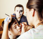Criança bonito pequena que faz o facepaint na festa de anos, zombi Apo Imagem de Stock