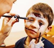 Criança bonito pequena que faz o facepaint na festa de anos, zombi Apo Imagens de Stock Royalty Free