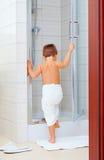 Criança bonito pronta para lavar-se no chuveiro Fotos de Stock