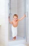 Criança bonito pronta para lavar-se no chuveiro Imagem de Stock Royalty Free
