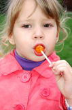 Criança bonito que come um lollipop Foto de Stock Royalty Free
