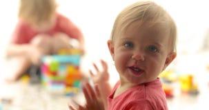 Criança bonito que joga com blocos do brinquedo video estoque