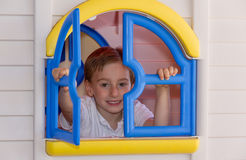 Criança bonito que joga na casa do brinquedo fotos de stock royalty free