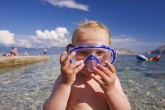 Criança bonito que joga no oceano Imagem de Stock