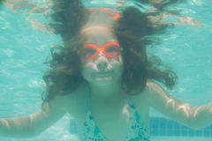 Criança bonito que levanta debaixo d'água na associação Imagem de Stock Royalty Free