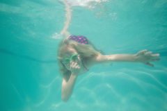 Criança bonito que levanta debaixo d'água na associação Fotografia de Stock