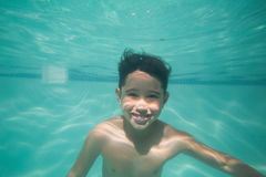 Criança bonito que levanta debaixo d'água na associação Fotos de Stock Royalty Free