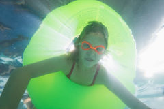 Criança bonito que levanta debaixo d'água na associação Fotografia de Stock Royalty Free