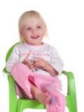 A criança bonito senta-se na cadeira fotos de stock