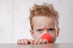 Criança branca do fundo do palhaço do nariz Jovens da criança foto de stock royalty free