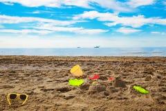 a criança brinca na areia na praia Fotografia de Stock