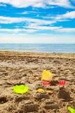 a criança brinca na areia na praia Fotografia de Stock Royalty Free