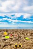 a criança brinca na areia na praia Imagem de Stock