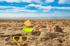 a criança brinca na areia na praia Imagens de Stock Royalty Free
