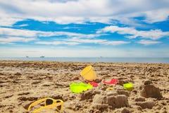 a criança brinca na areia na praia Fotos de Stock