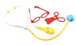 A criança brinca o conjunto de ferramentas do equipamento médico isolado Fotografia de Stock