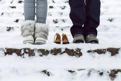 Criança carregada do pai espera nova Letónia, Cesis inverno 2016 imagem de stock royalty free