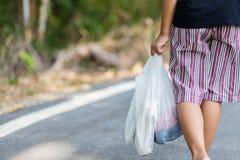 Criança Carry Grocery Plastic Bags imagem de stock