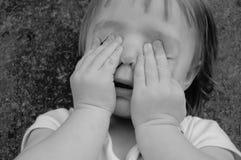 Criança cega, criança do peekaboo Fotografia de Stock