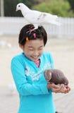 Criança chinesa com pombo Imagens de Stock