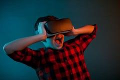 Criança chocada que guarda auriculares de VR fotografia de stock royalty free