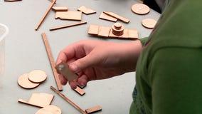 A criança cola o brinquedo de madeira video estoque