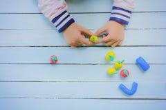 Criança com argila e faculdade criadora da utilização para fazer o fruto, tal como a laranja e etc. Fotografia de Stock Royalty Free