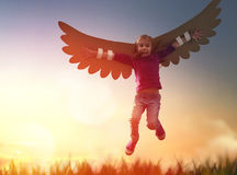 Criança com as asas de um pássaro imagens de stock