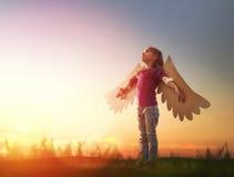 Criança com as asas de um pássaro fotografia de stock