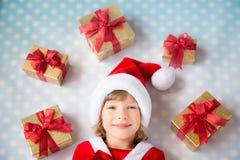 Criança com as caixas do GIF do Natal Imagens de Stock Royalty Free