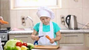 Criança com as cenouras limpas do mum vídeos de arquivo