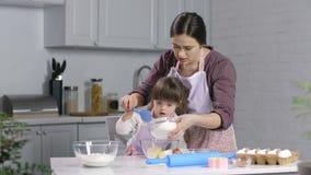 Criança com as necessidades especiais que cozem com mãe filme