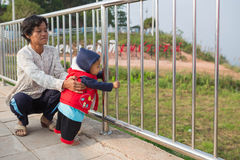 Criança com avó Fotos de Stock Royalty Free
