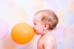 Criança com balão alaranjado Imagens de Stock Royalty Free