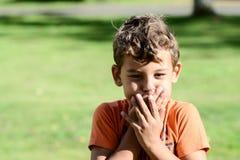 Criança com basebol do playin das expressões faciais imagens de stock royalty free