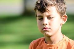 Criança com basebol do playin das expressões faciais imagem de stock