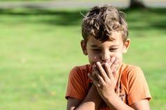 Criança com basebol do playin das expressões faciais fotografia de stock