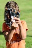 Criança com basebol do playin das expressões faciais foto de stock