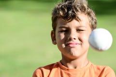 Criança com basebol do playin das expressões faciais fotos de stock royalty free
