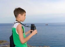 Criança com binóculos Fotos de Stock Royalty Free