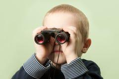 Criança com binóculos Fotografia de Stock Royalty Free