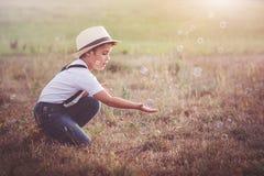 Criança com bolhas de sabão Imagens de Stock Royalty Free