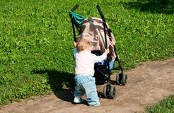Criança com buggy imagem de stock royalty free