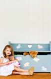 Criança com caixa de brinquedo Fotografia de Stock