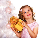 Criança com a caixa de presente perto da árvore de Natal branco Fotos de Stock Royalty Free