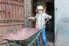 Criança com carrinho de mão Fotos de Stock Royalty Free