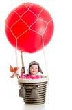 Criança com chapéu piloto e teleskop no balão de ar quente Imagem de Stock Royalty Free