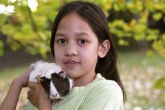 Criança com cobaias Fotografia de Stock